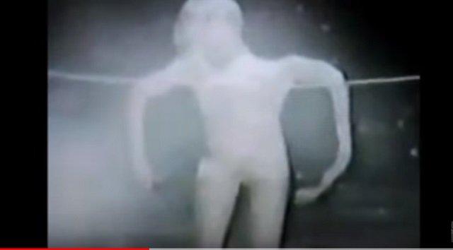 【衝撃】25年前に撮影された「最も不穏なエイリアン映像」が発見される! 謎の白い宇宙人にネット騒然「撮影者も焦っている」=スイスの画像1