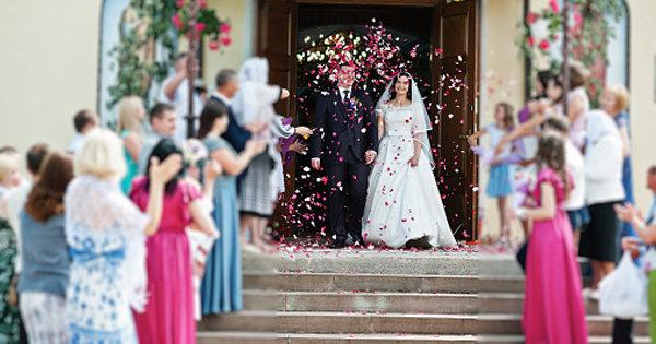 結婚式で非常識なドレスを披露した芸能人まとめ!「どちらが主役かわからない」の画像1