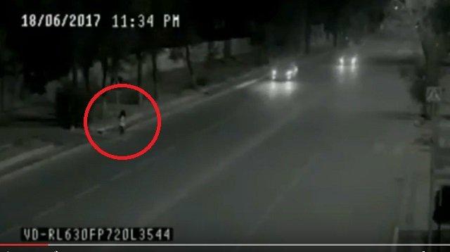 100%車に轢かれるはずだった少女が奇跡を起こす衝撃映像! 父親の霊が瞬間移動で娘を救った!?の画像1