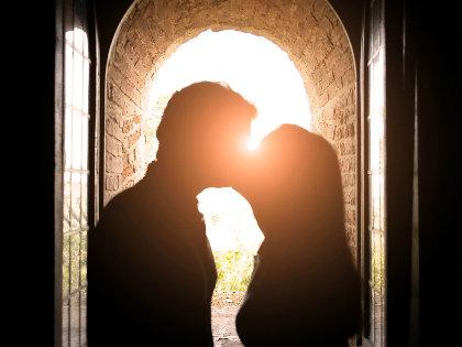なぜ人はキスのとき「右」に頭を傾けるのか? 世界中で同様の結果が判明!の画像1