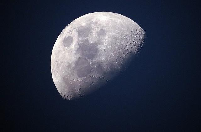 「月には30億人が住んでいる、空の色は黄色」元CIAが暴露! 宇宙人は人間を地球に幽閉…太陽系の9つの真実を衝撃解説!の画像1
