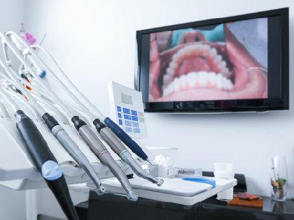 「顕微鏡歯科治療」とは何か?見過ごされていた奥歯の虫歯を顕微鏡で発見の画像1