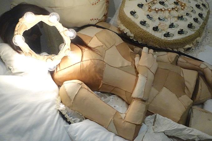 図らずも泣きそうになる ― 若き義足の美術家・片山真理が自らを葬る作品展「youre mine」が与える感動の画像1