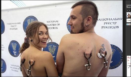 背中のピアスで人間ロープウェイ!! 皮一枚で体重を支える、痛~い挑戦の画像1