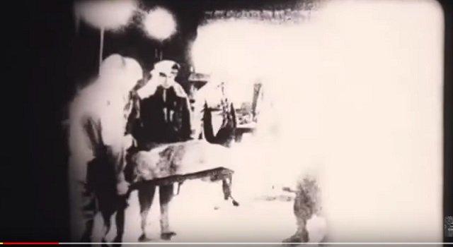 【新事実】「ロズウェル宇宙人」がエリア51に搬送された時の映像が流出、本物の可能性! 警察の新証言も「1.5メートルの生命体がいた」の画像1