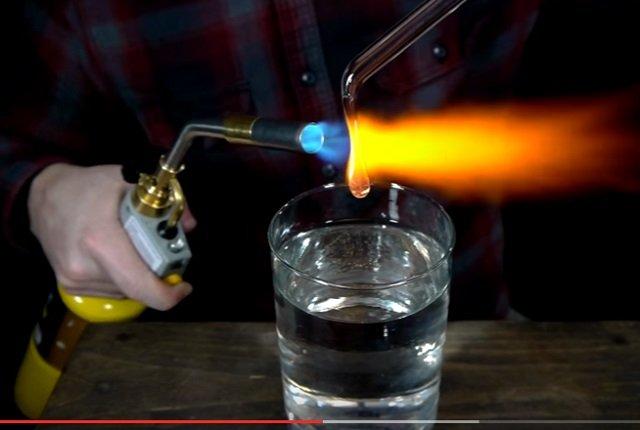350年以上謎だった物理の難問「オランダの涙」が遂に解決! ハンマーでも割れないのにあることをすると砕け散るガラス玉のナゼの画像1