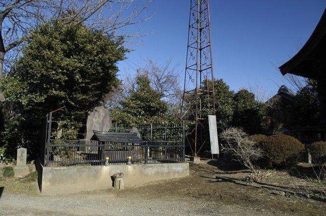 茨城県の「死者の顔が次々と浮かび上がる石碑」を徹底取材! 古井戸で死んだ少女の霊か… 霊障の危険も!の画像1