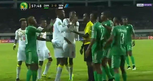 サッカー・セネガル代表がピッチ上で黒魔術「ジュジュ」を使用する衝撃映像! W杯で日本代表も呪われる可能性大!の画像2