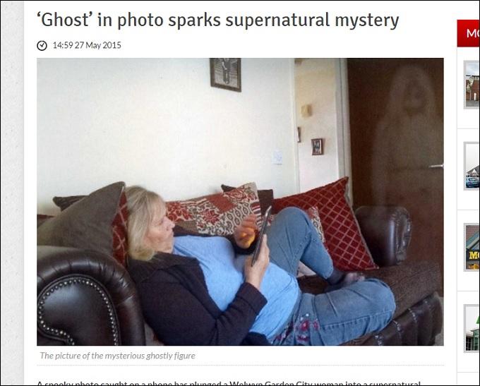 【心霊写真】ドアの前に佇む「白い人影」!! 長い髪にうつむいた顔……死んだ孫の幽霊か?の画像1