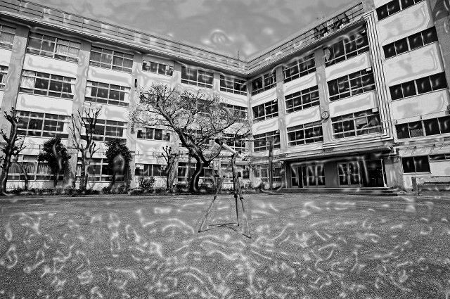 山奥の廃校で「少女の霊」とガチ遭遇、体が小刻み震えて…! 供養人形に宿った子どもの魂…【心霊スポット】の画像1