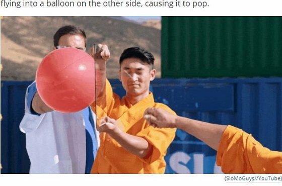 【衝撃映像】少林寺の秘伝奥義がガチで天下一すぎる! 投げた針でガラス板を突き破り、風船を割る!の画像1