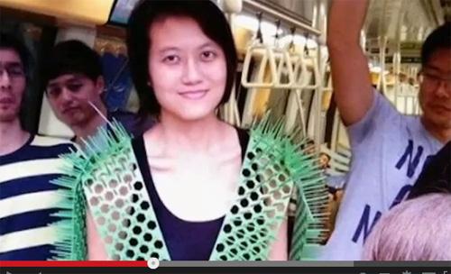 馬鹿か、天才か? 学生が【満員電車専用】トゲトゲ衣装を考案=シンガポールの画像1