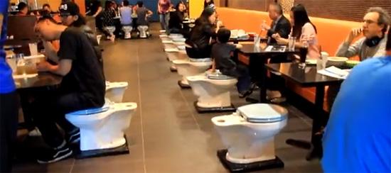 絶景か、絶望景か? 便器まみれのトイレ・カフェが世界各国でブレイク中!の画像1