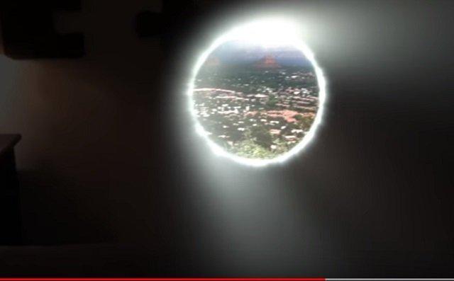 【衝撃映像】ユーチューバーが寝室に「異次元ポータル」を自作! 光り輝く「瞬間移動用ワームホール」出現、お手軽な作り方も公開!の画像3