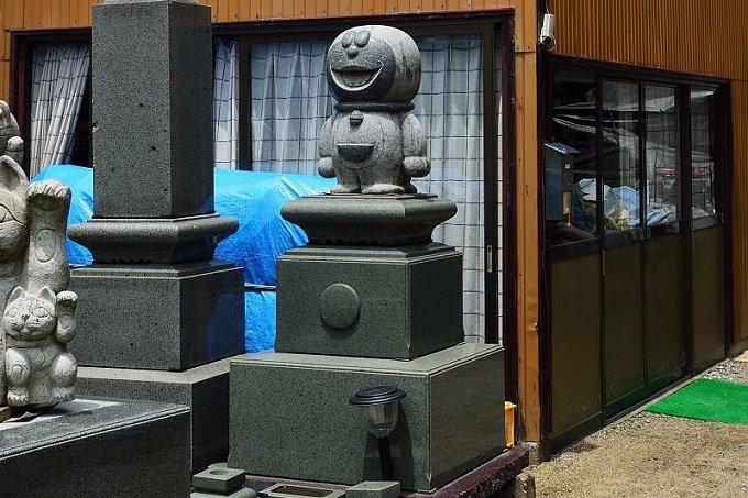 【投稿スクープ】石材屋の店先で「日本一恐ろしい墓石」を発見! あまりの凶相に吐き気が…の画像1