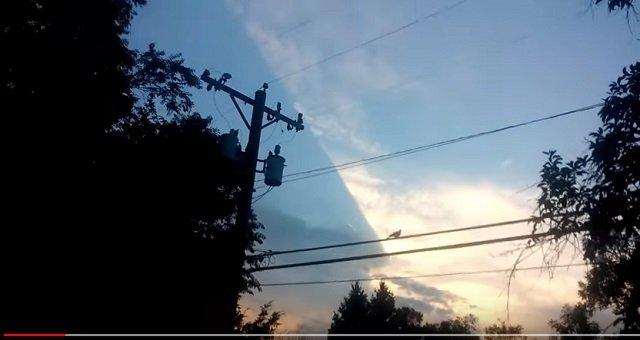 【衝撃映像】世界がホログラムである決定的証拠が撮影される! 空をブロックする謎の巨大長方形に世界が驚愕!の画像2