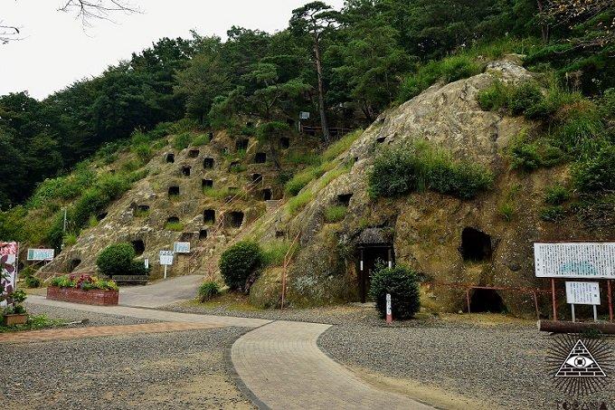 アイヌ伝説の小人・コロポックルの棲家が埼玉に? 希少植物・ヒカリゴケも自生する「吉見百穴」の神秘的奇観の画像1